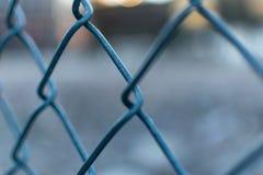 Zbli?enie metal siatki ogrodzenie z zamazanym za bokeh tle, obrazy stock