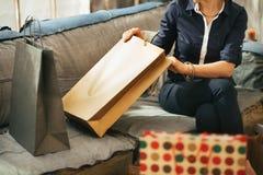 Zbliżenie na kobiecie z torba na zakupy w mieszkaniu Obrazy Stock