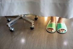 Zbliżenie niska sekcja s osoby ` cieki jest ubranym zielonego pantoflowego beh zdjęcia royalty free