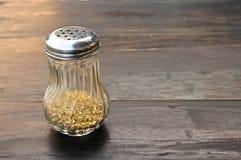Zbliżenie oregano butelka na drewnianym stole Zdjęcie Stock