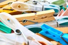 Zbli?enie plastikowi i drewniani clothespins w koszu fotografia stock