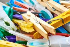 Zbli?enie plastikowi i drewniani clothespins w koszu fotografia royalty free