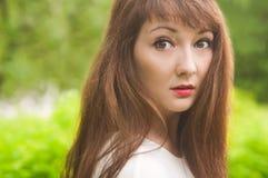 Zbliżenie portret dziewczyna loking w kamerze Obrazy Royalty Free