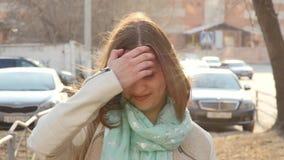 Zbli?enie portret m?odej kobiety pozycja w wiatrze Wiosna wiatr bawi? si? z dziewczyna w?osy swobodny ruch zdjęcie wideo
