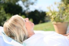 Zbliżenie relaksuje outdoors kobieta Zdjęcie Royalty Free