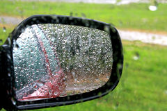 Zbliżenie samochodowy okno i lustro z deszczem opuszczamy Zdjęcia Stock
