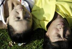 Zbliżenie starszy pary lying on the beach na trawie Zdjęcia Royalty Free