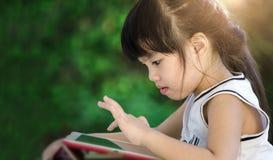 Zbliżenie twarzy dzieci dziewczyny sztuki pastylka Zdjęcie Royalty Free
