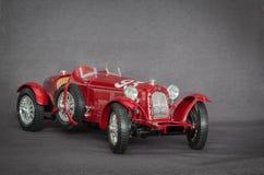 Zbliżenie widok retro klasyczny rocznika sportowego samochodu model na popielatym tle Zdjęcie Royalty Free