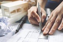 Zbliżenie wizerunek architekta rysunku sklepu rysunkowy papier z masa modelem Fotografia Stock