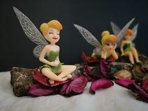 Zbli?enie z miniaturowymi Disney czarodziejkami Tinkerbell zdjęcia royalty free
