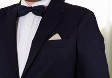 Zbliżenia man& x27; s klatki piersiowej teren jest ubranym formalnego kostium i bowtie, mężczyzna dostaje ubierającego pojęcie Obrazy Royalty Free