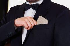 Zbliżenia man& x27; s klatki piersiowej teren jest ubranym formalnego kostium i krawat umieszcza małą trunek butelkę w kurtki kie Obrazy Stock