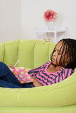 Zbliżenia młodej dziewczyny writing w dzienniczku Obrazy Royalty Free
