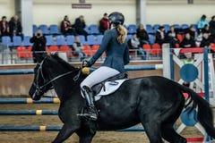 Zbliżenie młody żeński jeździec na czarnym koniu Obrazy Royalty Free