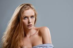 Zbliżenie patrzeje kamerę zmysłowa kobieta Fotografia Stock