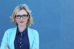 Zbliżenie portret jest ubranym szkła z kopii przestrzenią szczęśliwy bizneswoman Zdjęcie Stock