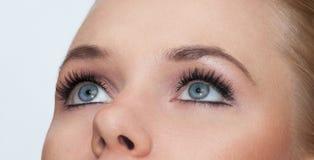 Zbliżenie strzał kobieta ono przygląda się z makeup Zdjęcia Royalty Free