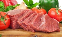 Zbliżenie wołowiny mięsa świezi surowi plasterki z warzywami Obrazy Royalty Free
