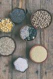 Zboża, adra, fasole i ziarna, Bezpłatny pojęcie zdrowa żywność Odgórny widok kosmos kopii zdjęcia royalty free