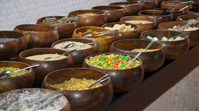Zboża i Kukurydzani płatki na Śniadaniowym bufecie Fotografia Royalty Free