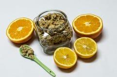 Zboża w słoju, pomarańcze i cytrynie, jedzenie healty Zdjęcia Royalty Free