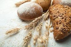 Zboże chleb robić od mąki, spikelets i banatek adra pszenicznej i ciemnej, na starym białym tle obraz stock