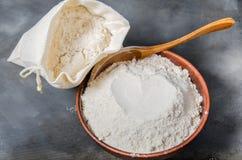 Zboże mąka w pucharze obrazy royalty free