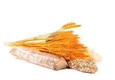 Zbożowy brown i biały chleb z uszatą banatką. obraz royalty free