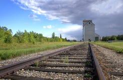 Zbożowa winda na Kanadyjskiej prerii zdjęcia royalty free
