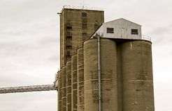 Zbożowe windy obok torów szynowych w kraju Obrazy Stock