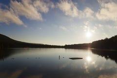 Zbocze góry jeziora widok Zdjęcia Royalty Free