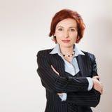 zbroi atrakcyjnego bizneswomanu krzyżował ona Zdjęcia Royalty Free