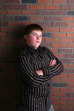 zbroi chłopiec nastoletniego pyzaty krzyżujący obraz royalty free