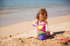zbudować zamek dziewczyna piasku Fotografia Royalty Free