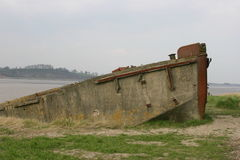 Zbutwiała betonowa barka jako hulk na brzeg rzeki Obrazy Stock