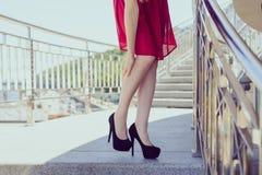 Zbyt mały duży buta piękna czerni czerwieni skrótu stroju stanu medycznego spazmu mięśnia pojęcie Zamyka w górę niskiego kąta wid zdjęcia stock