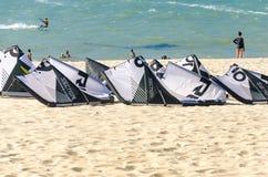 Zbyt wiele kitesurf deski nad piaskiem obrazy royalty free