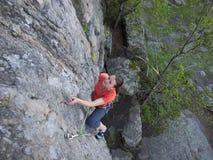 Zdecydowana młoda dziewczyna wspina się up Zdjęcie Stock