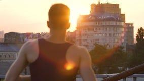 Zdecydowany mężczyzna bieg w złotej godzinie spotykać nowych początki i sposobności zdjęcie wideo