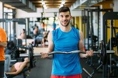Zdecydowany męski ćwiczyć w gym zdjęcia stock