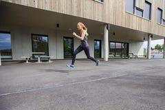 Zdecydowany młoda kobieta bieg Budować fotografia royalty free