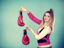 Zdegustowana kobieta trzyma bokserską rękawiczkę obrazy royalty free