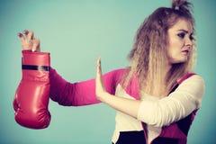 Zdegustowana kobieta trzyma boksersk? r?kawiczk? zdjęcie royalty free