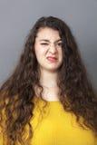 Zdegustowana z nadwagą dziewczyna wyraża nieporozumienie i niechęć z jej twarzą Zdjęcia Stock