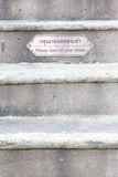 zdejmował twój buty szyldowych i Tajlandzki język przed iść świątynia na Fotografia Stock