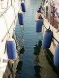 Zderzaki na łodziach cumować w porcie Fotografia Stock