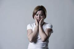 Zdewastowana przygnębiona kobieta płacze smutnego uczucia cierpienia ranną depresję w smucenie emoci zdjęcia royalty free