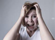 Zdewastowana przygnębiona kobieta płacze smutnego uczucia cierpienia ranną depresję w smucenie emoci obrazy royalty free