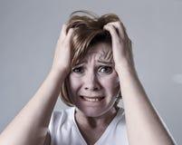 Zdewastowana przygnębiona kobieta płacze smutnego uczucia cierpienia ranną depresję w smucenie emoci zdjęcie royalty free